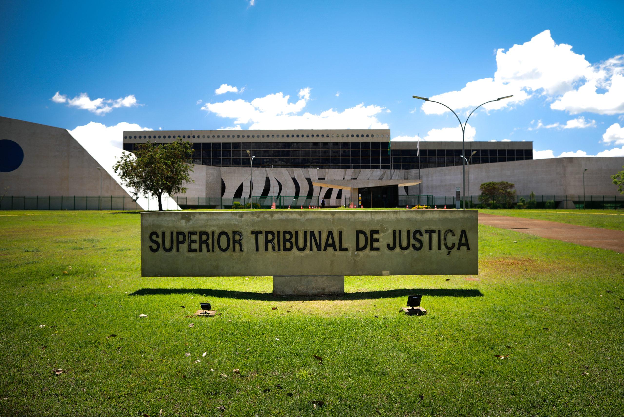Primeira Seção do STJ admite renúncia a valores para demandar em juizado especial federal e evitar fila de precatórios.